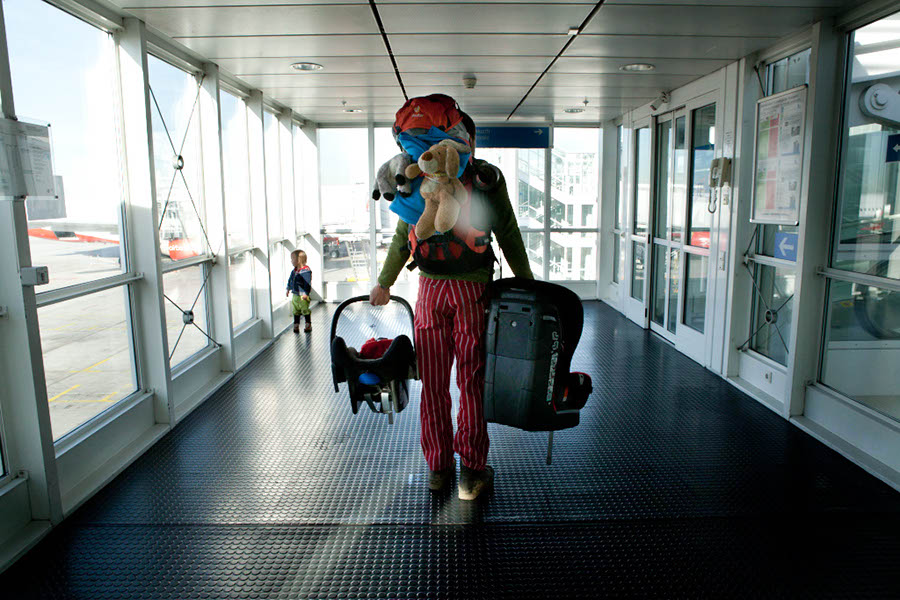 Munich: Kids seats are a heavy hand luggage; Photo: Thomas Alboth